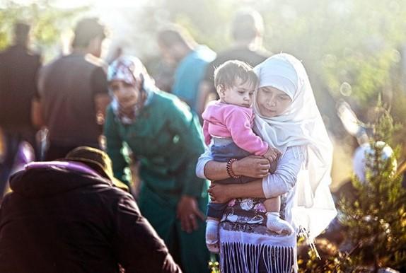 Bebekli mültecileri otobana bıraktılar
