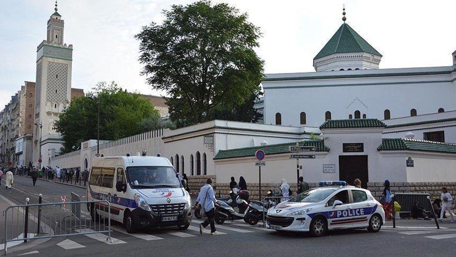 تخريب حائط جامع أثناء كتابة شعارات معادية للمسلمين في مدينة بوردو الفرنسية. التاريخ: تشرين الثاني 2016 – الدولة: فرنسا