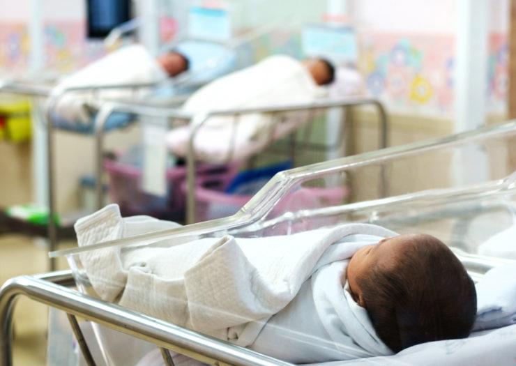 Yeni doğan bebekler ailelerinden alınıyor, hamile kadınlar zincirlere bağlanıyor