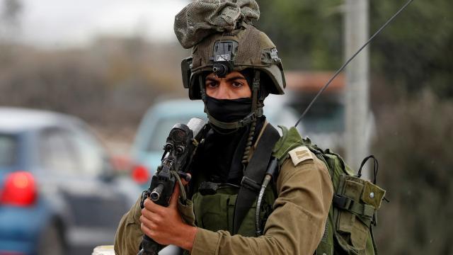 israil askerleri filistinli