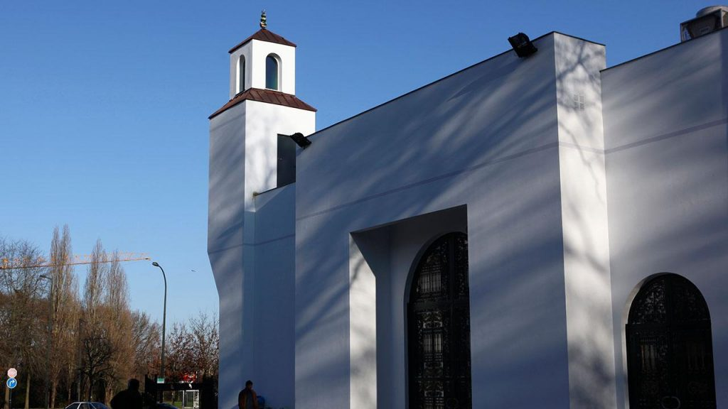 Fransa'da camiye saldırdılar
